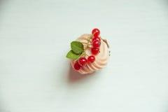 Muffin med den kräm- och röda vinbäret Kakor med kräm- och röd curr Arkivfoto