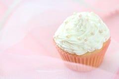 Muffin med den vita glasyren på kaka Royaltyfria Foton