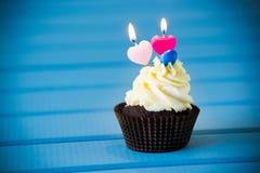 Muffin med en hjärta formade stearinljus för 2 - den andra födelsedagen Royaltyfria Bilder