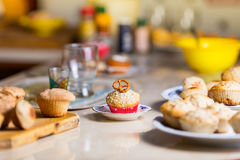 Muffin med en kringla överst i en röd muffin Fotografering för Bildbyråer