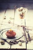 Muffin med en stearinljus Arkivbild