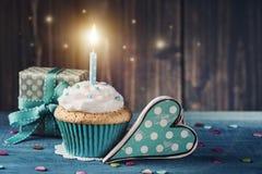 Muffin med födelsedagstearinljuset Arkivbild