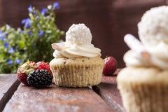 Muffin med jordgubbar och blommor Royaltyfri Foto