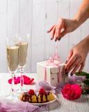 Muffin med jordgubbar och choklad, två exponeringsglas av champagn Royaltyfri Bild