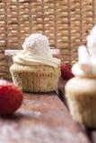 Muffin med jordgubbar och kräm Arkivbilder