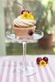 Muffin med körsbär och blomman Royaltyfri Foto