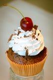 Muffin med körsbäret överst Arkivfoto