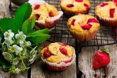 Muffin med kli och jordgubben Royaltyfri Foto