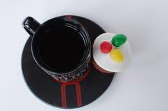 Muffin med kopp te arkivbilder