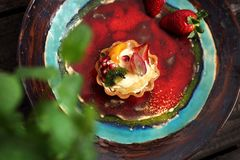 Muffin med kräm och jordgubben söt efterrätt arkivfoton