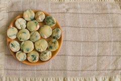 Muffin med laxen, spenat och ost Arkivfoton