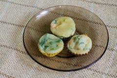 Muffin med laxen, spenat och ost Royaltyfri Foto