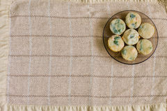 Muffin med laxen, spenat och ost Arkivfoto
