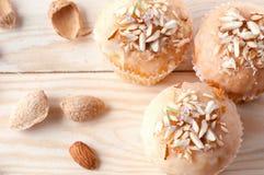 Muffin med mandelsmulor på en ljus trätabell Royaltyfria Foton
