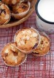 Muffin med mandlar och körsbär och mjölkar Arkivbild