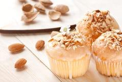 Muffin med mandlar på en trätabell Arkivfoton