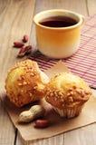 Muffin med muttrar och te Arkivbild