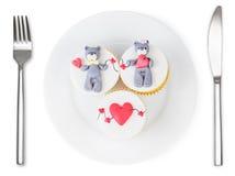 Muffin med nallebjörnen och hjärtor på den isolerade plattan Arkivfoto