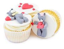 Muffin med nallebjörnen och isolerade hjärtor Royaltyfri Bild