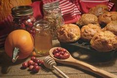 Muffin med nya tranbär på tabellen Royaltyfri Fotografi