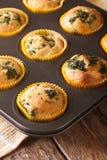 Muffin med nytt spenat- och fetaostslut upp i stekheta di Arkivbilder