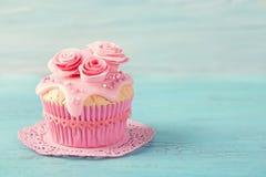 Muffin med rosa blommor royaltyfri bild