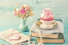 Muffin med rosa blommor arkivfoto