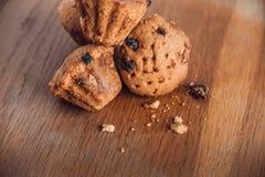Muffin med russin på tabellen Royaltyfri Foto