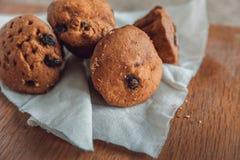 Muffin med russin på tabellen Royaltyfri Fotografi