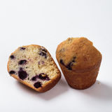 Muffin med russinläxa på vit bakgrund i ett snitt Arkivfoto