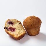 Muffin med russinläxa på vit bakgrund i ett snitt Royaltyfri Foto