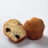 Muffin med russinläxa på vit bakgrund i ett snitt Fotografering för Bildbyråer