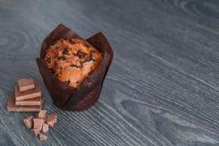 Muffin med skivor av choklad Royaltyfri Bild