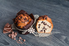 Muffin med skivor av choklad Arkivfoto