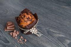 Muffin med skivor av choklad Arkivfoton