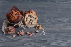 Muffin med skivor av choklad Royaltyfri Fotografi