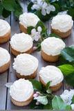 Muffin med smör lagar mat med grädde och fjädrar vita blommor Arkivbilder