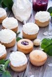 Muffin med smör lagar mat med grädde och fjädrar vita blommor Royaltyfria Foton