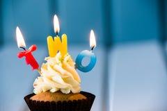 Muffin med stearinljus för 2 - andra födelsedag Fotografering för Bildbyråer