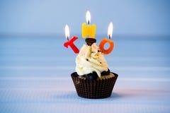 Muffin med stearinljus för 2 - andra födelsedag Arkivbilder