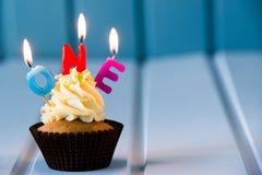 Muffin med stearinljus för 1 - första födelsedag Royaltyfria Foton