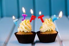 Muffin med stearinljus för 50 - femtionde födelsedag Royaltyfri Bild