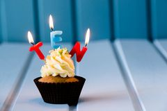 Muffin med stearinljus för 10 - tionde födelsedag Royaltyfri Bild