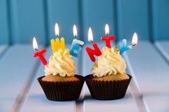 Muffin med stearinljus för 20 - tjugonde födelsedag Arkivfoto
