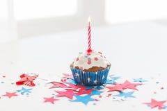Muffin med stearinljuset på amerikansk självständighetsdagen Arkivfoton
