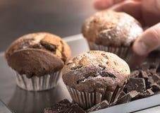 Muffin med stycken av mörk choklad Royaltyfria Foton
