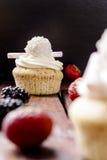 Muffin med svart bakgrund för jordgubbar Arkivfoton