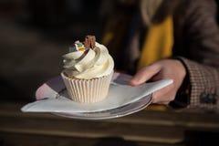 Muffin med virvlad runt glasyr på kaka royaltyfria foton