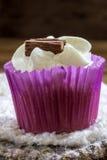 Muffin med vit isläggning Arkivfoton