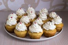 Muffin med vitkräm Arkivfoton